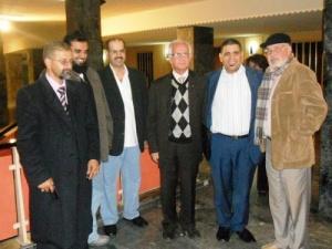في صورة تدكارية مع بعض الأساتدة الجامعيين.jpg