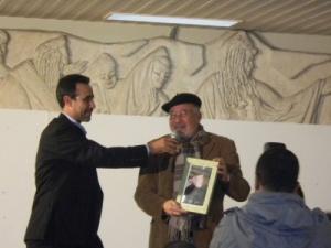 الكاتب يتسلم هدية من احمد جواد مدير نادي الأسرة لمسرح محمد الخامس في حفل تكريمه.jpg