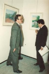 رفقة السيد محمد بنعيسى وزير التفافة في زيارة لأحد المعارض بالرباط ستة 1990.jpg