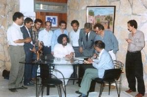 طيب الصديقي في زيارة خاصة لمكتب الكاتب بمدينة المحمدية سنة 1990.jpg