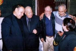 في لقاء مع الفنان المرحوم حسن الصقلي و الفنان عبد الهادي بالخياط و محمد بنسودة الوزير رئيس جمعية الزاوية الخضراء بفاس.png
