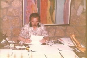 في مكتبه بالرباط يدير جريدة الإذاعة و التليفزيون سنة 1994.jpg