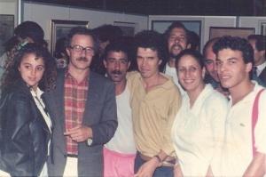 يتوسط مجموعة من الفنانين و الفنانات سنة 1990.jpg