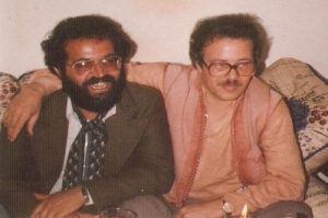 يستقبل في بيته بالرباط المخرج المسرحي محمد بالهيسي  سنة 1982.jpg