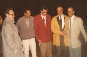 رفقة بعض الكتاب و صحفيين بمدينة الرباط بمناسبة توقيع كتابه حول الفساد سنة 2007.jpg