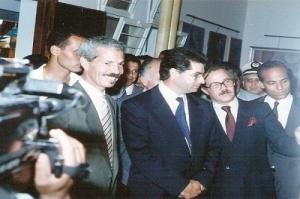 رفقة عامل مدينة المحمدية في افتتاح صالونها التشكيلي ستة 1990.jpg