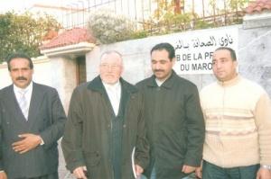 في صورة مع جماعة من القراء بنادي الصحافة بالرباط.jpg