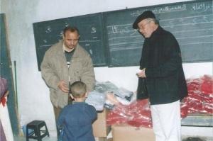 يوزع الألبسة على الأطفال لفقراء بمناسبة عيد الأضحى  سنة 1998 بمدينة فاس.jpg